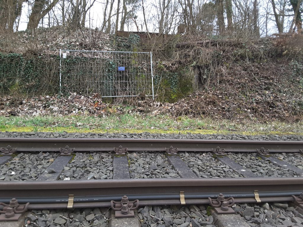 Zaunelement, Müll und illegale Hütte am Bahnhof Mühltal